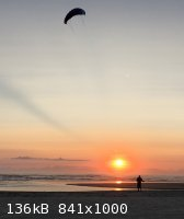 kiting-at-sunset-small.jpg - 136kB